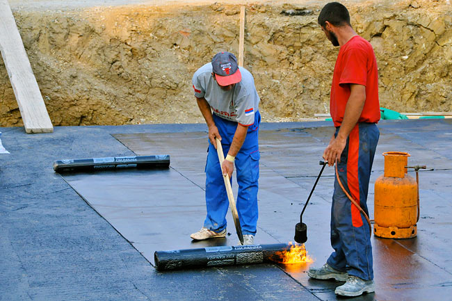 Applying the first layer of the waterproofing membrane - 01
