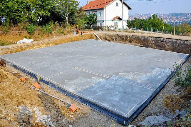 Protective layer of concrete on top of the hydro-insulation