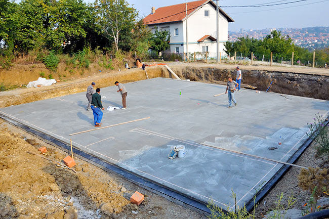 Marking the position of walls and columns on the protective slab