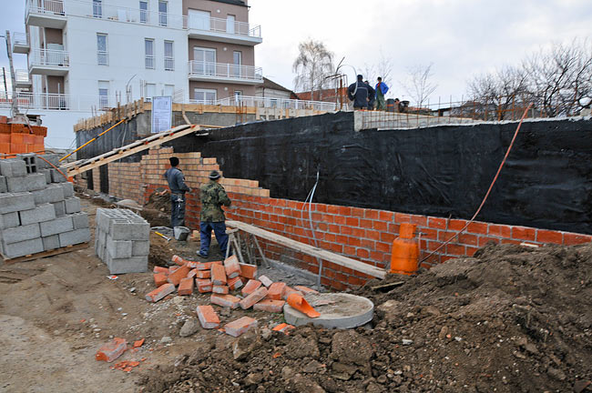 Building protective brick wall in front of the hydro-insulation
