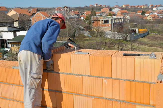 Placing one block Klimabloc 38 in the external wall