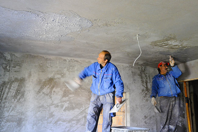 Doing mortar on the ceiling of one apartment - 2