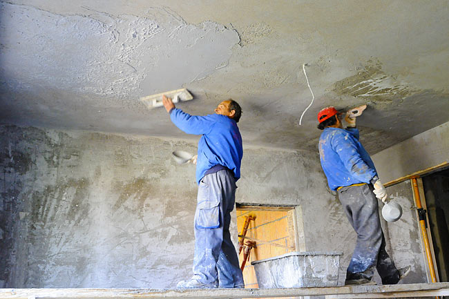 Doing mortar on the ceiling of one apartment - 3