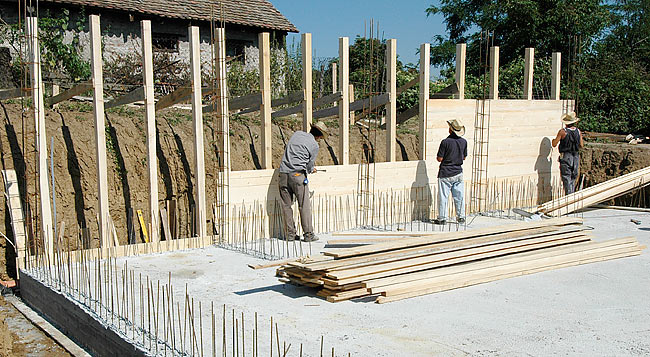 Installing the wooden structure of the wall concrete cast - 02
