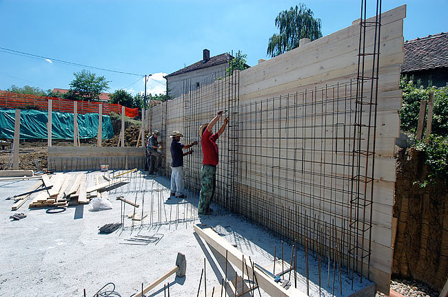 Installing the iron reinforcement of the armed concrete walls - 01