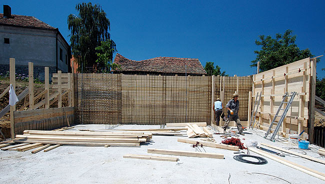 Installing the other side of the wooden structure of the wall concrete cast
