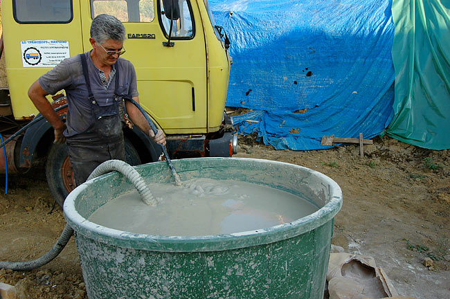 Preparing bentonite to inject in the borehole - 04